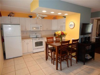 Beautiful Renovated Condo Walk Beaches